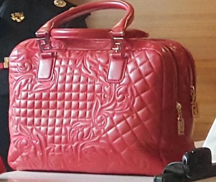 290b76031b51 Jika benar ia Versace Demetra, beg jenama Itali itu dibuat daripada kulit  nappa Barocco. Beg mewah itu memiliki ketinggian 25 sentimeter, ukuran  dalam 12 ...